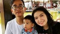 <p>Dari pernikahannya selama enam tahun, keduanya dikaruniai dua anak, Jan Ethes Srinarendra dan La Lembah Manah. (Foto: Instagram)</p>
