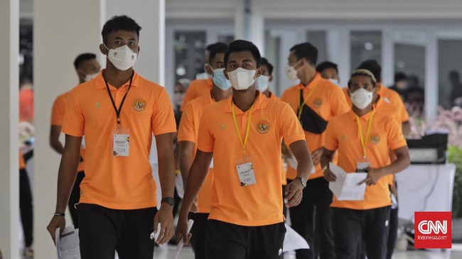 Ratusan atlet dari berbagai cabang olahraga mengikuti vaksinasi atlet tahap pertama di Istora Senayan, Jakarta, Jumat (26/2).