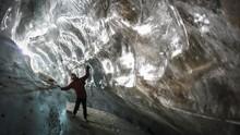 FOTO: Masuk ke Rongga Gletser di Kazakhstan