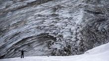 Usir Bosan Pandemi, Penduduk Kazakhstan Wisata di Gletser