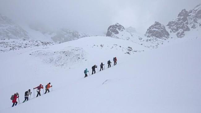 Mendaki pegunungan es untuk melihat gletser menjadi pelipur lara penduduk Kazakhstan yang tak bisa melancong kala pagebluk.