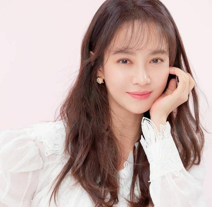 Setelah membersihkan wajah, Song Ji Hyo langsung menggunakan toner yang cocok dengan kulit sensitifnya. Sadar jika kulitnya membutuhkan perlindungan, aktris cantik Korea ini juga tidak absen menggunakan sunscreen. (Foto: Instagram.com/sjhqueen)