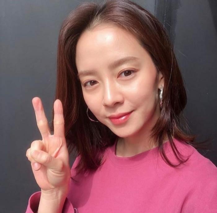 """Sementara itu, kunci kulit kencang dan bentuk wajah V milik Song Ji Hyo ternyata terletak pada masker V-line, Ladies. Dalam salah satu episode """"Running Man"""", ia kedapatan sedang memakainya ketika di dalam pesawat. (Foto: Instagram.com/elna_re19)"""