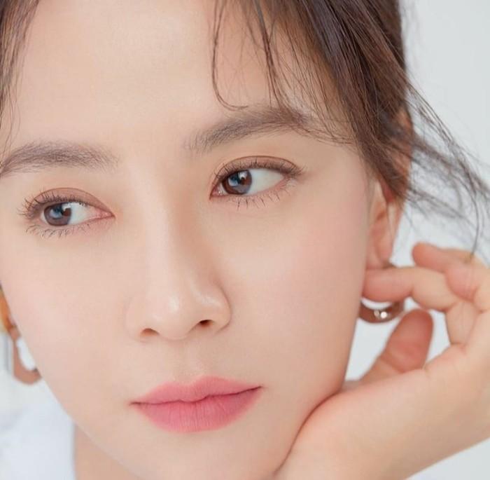 Karena rutin melakukan perawatan wajah inilah, tidak heran jika aktris cantik bernama asli Cheon Soo Yeon ini selalu mencuri perhatian berkat wajah mulus tanpa kerutan, meskipun sudah memasuki usia 40 tahun. (Foto: Instagram.com/sjhqueen)