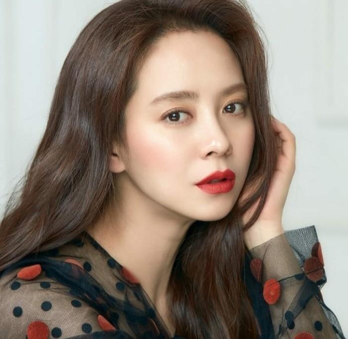 Dalam acara Get It Beauty, Song Ji Hyo mengungkapkan bahwa dirinya rutin membersihkan wajah secara mendalam. Bahkan setelah selesai syuting, Song Ji Hyo akan langsung menghapus makeupnya dengan cleansing balm. (Foto: Instagram.com/sjhqueen)