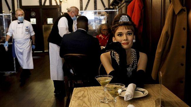 Sebuah restoran di New York hadirkan sensasi makan bareng 'tokoh terkenal' seperti Audrey Hepburn hingga Jon Hamm.