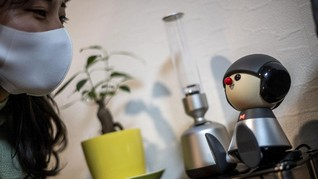 FOTO: Warga Jepang Isolasi Covid-19 Ditemani Robot Mungil