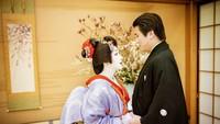 <p>Ada yang unik dari sesi foto berdua kali ini, Syahrini tampil dan berdandan seperti Geisha, Bunda. Geisha sendiri merupakan wanita seniman tradisional Jepang. (Foto: Instagram @princesssyahrini)</p>