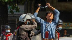FOTO: Polisi Myanmar Tangkap Paksa Pedemo Antikudeta