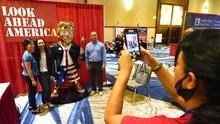 FOTO: Patung Emas Trump Pakai Sandal Jepit Buat Orang Melirik