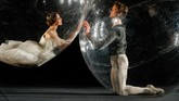 Sekelompok balerina meliuk di dalam gelembung plastik demi tampil di tengah pandemi Covid-19 yang mengharuskan mereka menjaga jarak dan isolasi diri.