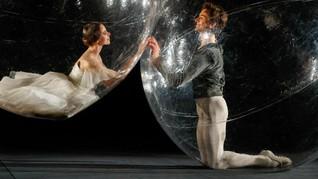 FOTO: Liuk Balerina dalam Isolasi Balon Plastik kala Pandemi