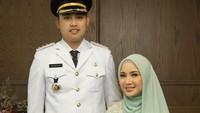 <p>Suami artis cantik Chacha Frederica, Dico Ganindito, secara resmi telah dilantik menjadi Bupati Kendal, Jawa Tengah untuk periode 2021-2026, Bunda. (Foto: Instagram @chafrederica)</p>