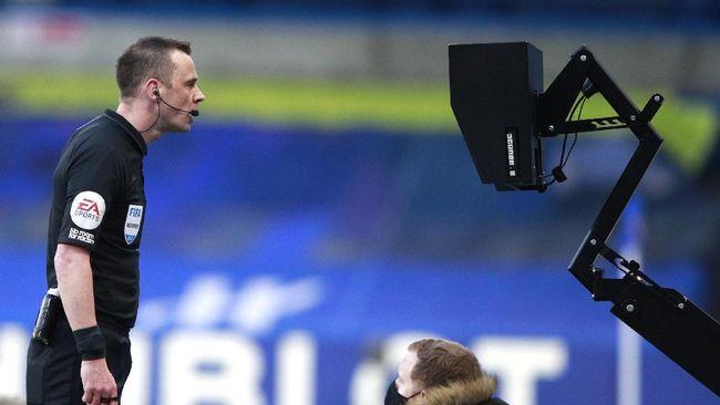 Pemain Manchester United, Luke Shaw mengklaim wasit takut memberi timnya penalti saat bermain imbang 0-0 melawan Chelsea di Liga Inggris.
