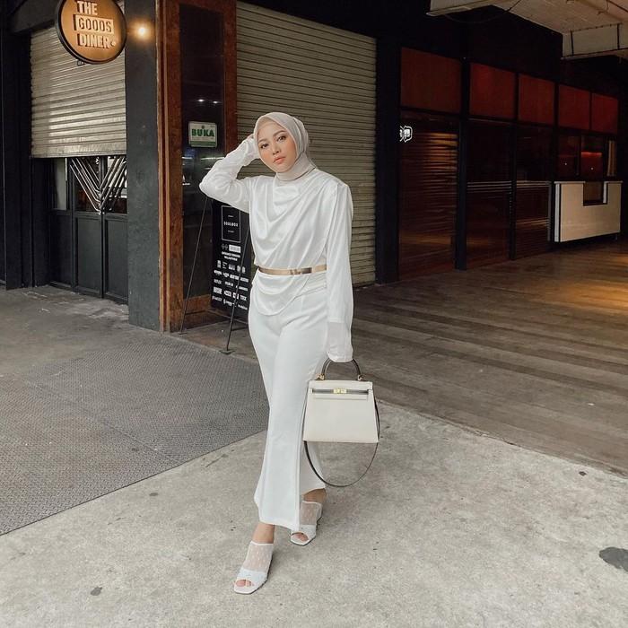 Tampil formal dengan pakaian berwarna putih memang nggak pernah gagal! Gaya satu ini bisa kamu contek dengan memadukan lyon top dan vanilla pants. Detail belt dan tas yang serasi bikin aura kamu semakin terpancar. (Foto: instagram.com/rachelvennya)