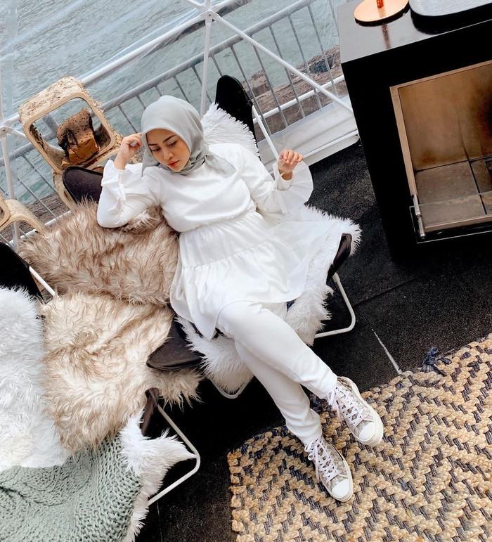 Salah satu padanan style ala Rachel ini bisa masuk referensi kamu, lho. Tunik simple yang manis nggak hanya membuatmu terlihat cantik, tapi juga cute and friendly. Hijab abu-abu akan membantu menegaskan detail pakaian. (Foto: instagram.com/rachelvennya)
