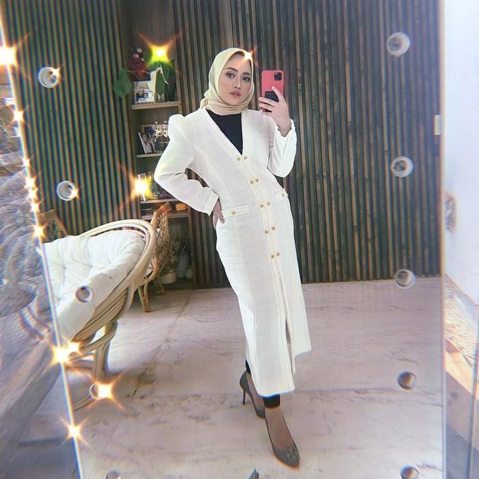 Style bernuansa putih memang sangat multifungsi. Selain tampil sederhana menggemaskan kamu juga bisa memadukan gaya Rachel yang nggak kalah mewah. Untuk mempertegas aksen glamour ambil hijab berwarna gold yang elegan. (Foto: instagram.com/rachelvennya)