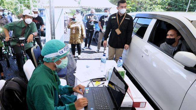Kemenkes menyatakan vaksinasi lansia bisa menggunakan sistem drive thru. Namun, sistem ini hanya ada di beberapa Kota Besar seperti Jakarta.