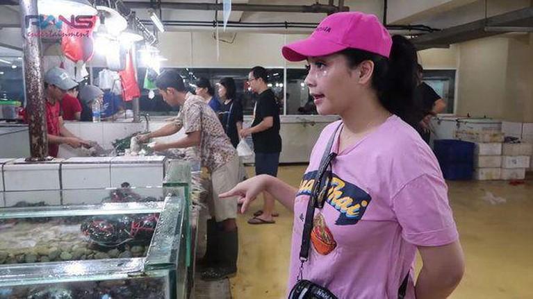 Gaya artis saat belanja di pasar