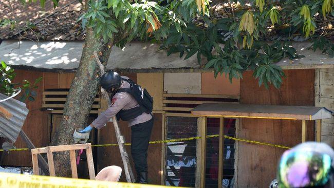 Tim Inafis Polda Aceh mengamankan benda berupa logam untuk dibawa ke laboratorium forensik guna mengetahui jenis benda yang meledak tersebut.