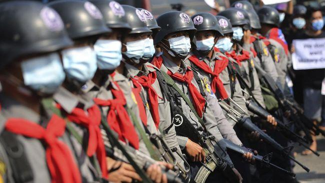Tiga polisi Myanmar diketahui melarikan diri ke India untuk mencari perlindungan sebulan sejak terjadi kudeta militer.