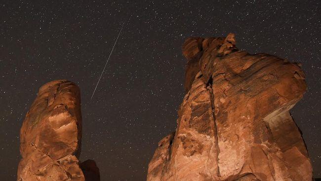 Meteor raksasa yang terbakar seperti bola api nampak di langit Inggris pada Minggu malam waktu setempat.