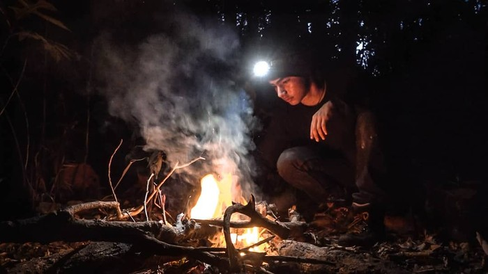 Andrew Ananda Brule, remaja tampan ini jadi topik hangat berkat konten video Youtube tentang pengalamannya tinggal di hutan Kalimantan sendirian selama 24 jam. Saat ini videonya telah ditonton lebih dari 3 juta viewers lho (Foto: instagram/andrewkalaweit)