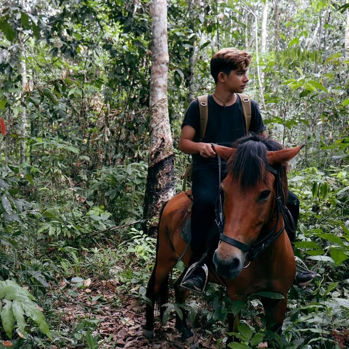 Andrew Kalaweit ternyata memang telah terbiasa dengan hutan Kalimantan, Ladies. Dalam foto di Instagramnya dia seringkali membagikan momen saat menjelajah hutan. Salah satunya saat naik kuda menyusuri hutan ini. (Foto: instagram/andrewkalaweit).