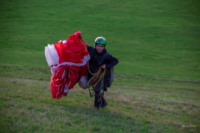 Kecintaannya terhadap alam juga tampak saat Andrew Kalaweit yang menyukai olahraga paralayang. Punya jam terbang tinggi, sosoknya terlihat santai saat mengabadikan momen terbang di atas udara (Foto: instagram/andrewkalaweit).