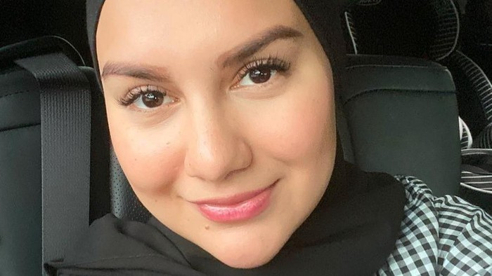 8 Gaya Hijab Artis Cantik Irish Bella, No Ribet!