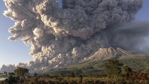 FOTO : Gunung Sinabung Kembali Muntahkan Awan Panas