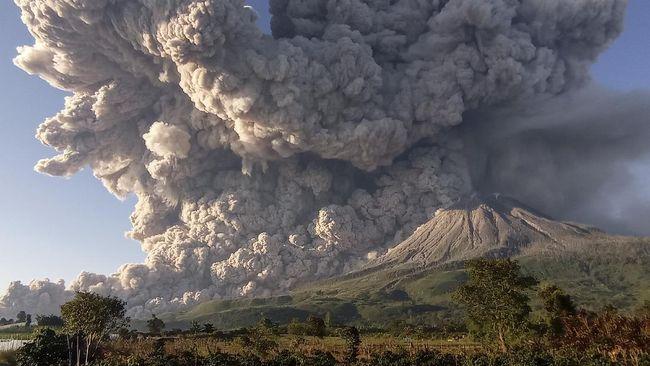 Masyarakat bersama tim BPBD serta TNI-Polri masih gotong royong melakukan pembersihan abu vulkanik Gunung Sinabung yang menerpa permukiman.