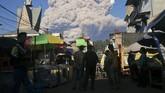 Gunung Sinabung erupsi dengan mengeluarkan awan panas guguran sejauh 4.500 meter dan tinggi kolom abu sejauh 5.000 meter, Selasa (2/3) pagi.