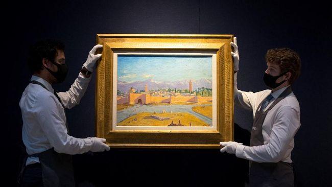 Lukisan masjid karya Winston Churchill milik Angelina Jolie terjual lebih dari US$11,5 juta atau sekitar Rp164,6 miliar dalam lelang yang digelar Senin (1/3).