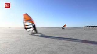 VIDEO: Berselancar di Atas Laut yang Membeku