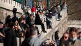 Penduduk di Kota Paris nongkrong di tepian Sungai Seine di tengah lonjakan kasus virus corona.