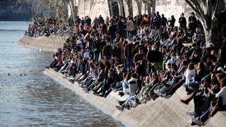 FOTO: Warga Paris Nongkrong di Sungai saat Kasus Corona Naik
