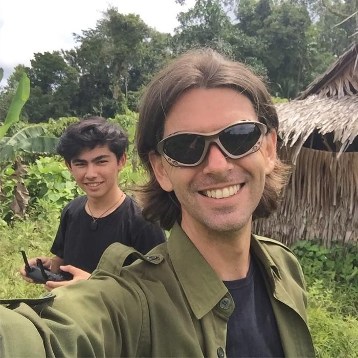 Remaja tampan yang satu ini ternyata anak dari Chanee Kalaweit, seorang aktivis lingkungan sekaligus perintis tempat konservasi hewan owa di Indonesia. Jiwa cinta alam Indonesia inilah yang diturunkan dari sang ayah. Enggak heran deh kalau gitu! (Foto: instagra/chaneekalaweit).