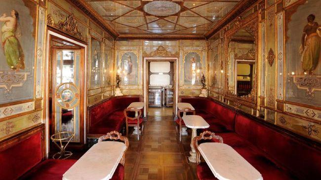Kafe tertua di Italia, Caffè Florian telah menjadi populer di antara penduduk setempat dan turis sejak 1720. Namun kini, kawasan itu terancam tutup permanen.