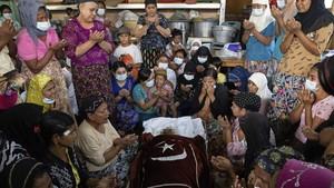FOTO: Duka Pemakaman Wanita Muslim Korban Tewas Demo Myanmar