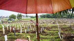 FOTO: Lahan Makam Covid di TPU Bambu Apus Penuh