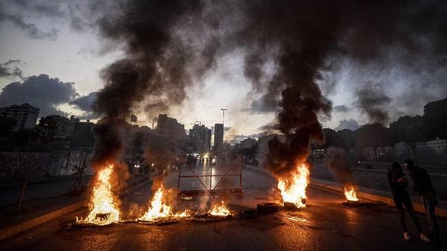 Aksi protes di seluruh negeri meletus pada Selasa (2/3) setelah pound Lebanon mencapai rekor nilai tukar terendah terhadap dolar menjadi 10.000 pound.