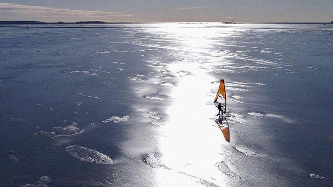 Di Finlandia, laut bisa membeku selama berbulan-bulan. Pecinta selancar angin di sana kini punya cara untuk mengakali lautan yang membeku.