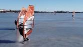 Musim dingin yang panjang tak membuat penduduk Finlandia yang hobi selancar angin merasa putus asa. Mereka tetap berselancar di laut yang membeku.