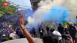 VIDEO: Pedemo Myanmar Gunakan Granat Gas untuk Hadapi Polisi