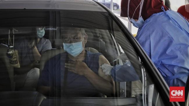 Vaksinasi lansia di DKI Jakarta digelar drive thru untuk menghindari kerumunan. Vaksinasi digelar kawasan Kemayoran, Jakarta Pusat.