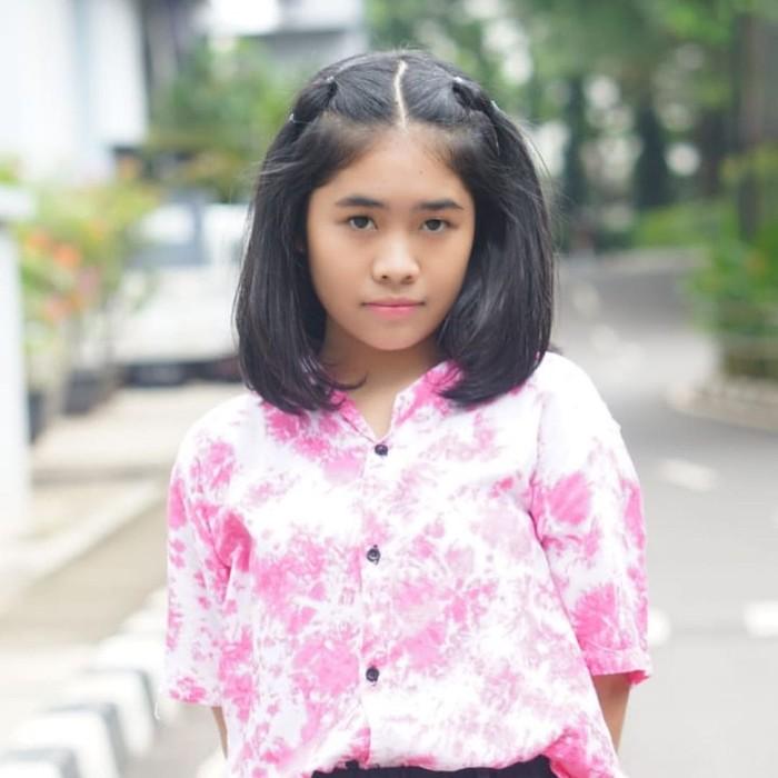 Terlihat girly, pilihan warna pink juga bikin tampilan kamu cheerful seperti look yang ditampilkan Alifa Lubis. Kamu bisa menirunya dengan memakai kemeja tie dye lengan pendek warna pink dengan warna dasar putih. (Foto: www.instagram.com/alifalubis/).