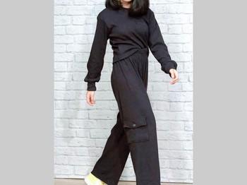 Last but not least, ide outfit Alifa Lubis warna hitam yang terlihat keren juga bisa ditiru lho. Kamu bisa memadukan kaos lengan panjang dan celana cargo serba hitam biar penampilan makin menawan. (Foto: www.instagram.com/alifalubis/).