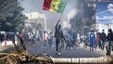 Unjuk rasa pendukung pemimpin oposisi Ousmane Sonko di Dakar, Senegal berujung ricuh akibat saling serang dengan polisi.