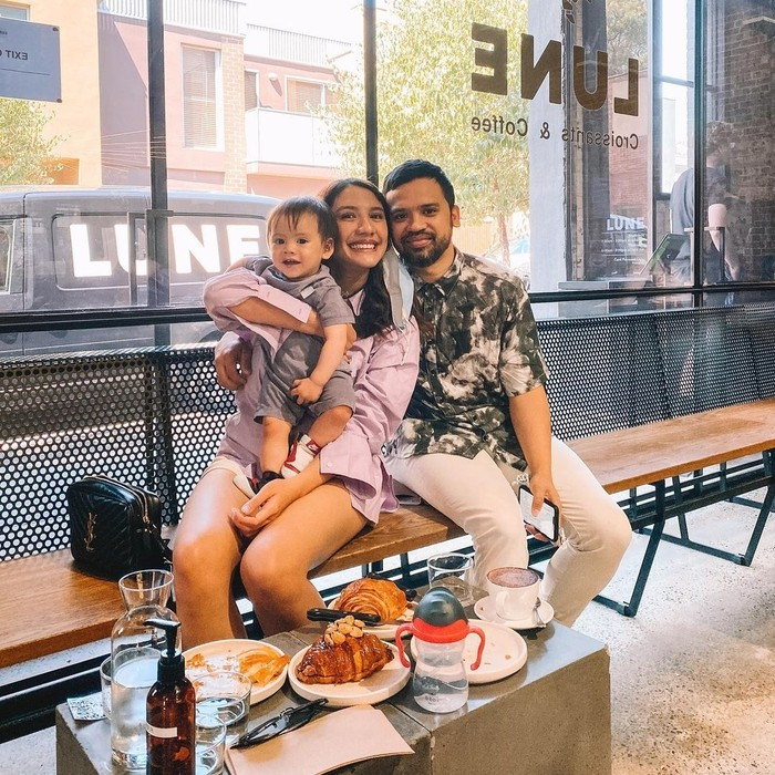 Kehidupan Acha dan suami tampak semakin bahagia dengan kehadiran sang buah hati, Lucas Asaf Ambarita. Melalui potret-potret di akun instagram, keduanya tampak tengah asyik-asyiknya menikmati peran sebagai orang tua baru. (Foto: instagram.com/achasinaga)